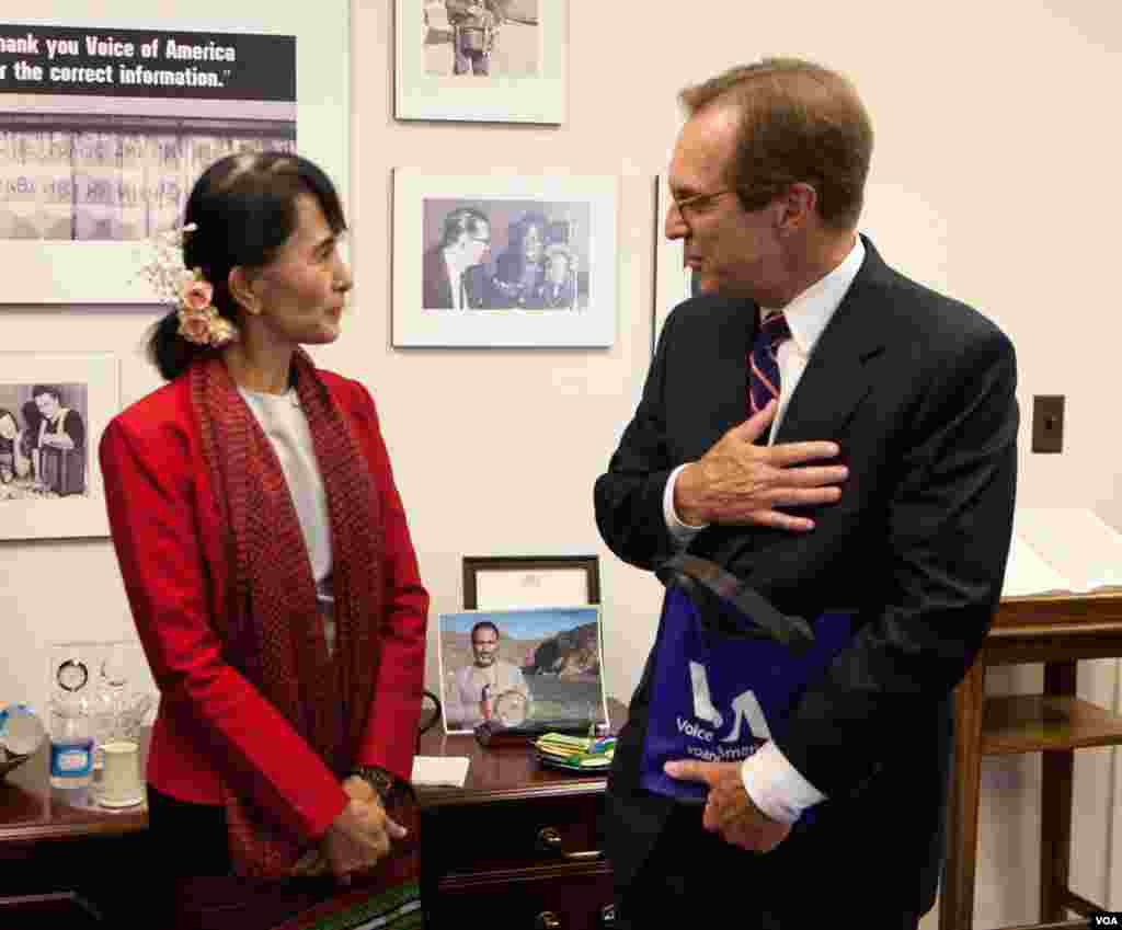 Aung San Suu Kyi speaks with VOA Director David Ensor. (Alison Klein/VOA)