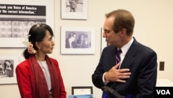 Aung San Suu Kyi speaks with VOA Director David Ensor. (Alison Klein/VOA)