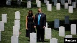 Prezidan ameriken an Donald Trump ak premyè dam nan Melania Trump ki tap vizite simityè Nasyonal Arlington, kote plizyè sòlda ameriken ki pèdi lavi yo nan lagè antere. 23 me 2019.