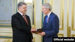 Президент Петро Порошенко і сенатор Роберт Портман