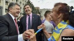 უკრაინის პრეზიდენტი პეტრო პოროშენკო და ოდესის გუბერნატორი მიხეილ სააკაშვილი ოდესის მოსახლეობასთან შეხვედრისას.