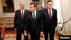 Le président français Emmanuel Macron avec le Premier ministre libyen Fayez al-Sarraj (à droite) et le général Khalifa Haftar (à gauche), près de Paris, France, le 25 juillet 2017.