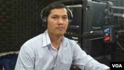 Mr. Pen Somony, director of Cambodian Volunteers for Society (CVS), joins a discussion on youth and workers' skills before Asean integration on VOA Khmer's Hello VOA radio call-in show, Thursday, February 05, 2015. (Lim Sothy/VOA Khmer)