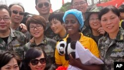 Beatrice Yardolo, de amarelo, é tida como a última pessoa infectada pelo vírus da Ébola na Libéria,