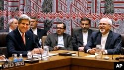 미국의 존 케리 국무장관(왼쪽)과 이란의 자바드 자리프 외무장관이 지난달 26일 유엔 총회가 열리고 있는 뉴욕에서 회담했다. (자료사진)