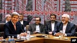 Menlu Iran Javad Zarif (kanan) dan Menlu AS John Kerry (kiri) saat melakukan perundingan nuklir di New York (26/9).