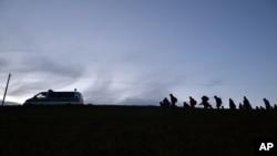 پولیس آلمان گروهی از پناهجویان را همراهی میکند (عکس از آرشیف)