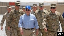 Роберт Гейтс с инспекцией в Афганистане. 5 июня 2011г.