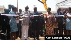 Coupure ruban par le premier ministre Komi Sélom Klassou et le président de l'Assemblée nationale Dama dramani, à Lomé, Togo, le 27 novembre 2017. (VOA/Kayi Lawson)