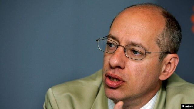 Komisi Perdagangan Federal Amerika atau FTC, Jon Leibowitz (foto: dok). FTC mendenda perusahaan teknologi PATH karena mengumpulkan informasi pribadi seseorang secara ilegal.