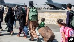 Porodice koračaju ka avionu na aerodromu u Kabulu, 24. avgusta 2021. (Foto: AP/Sgt. Samuel Ruiz/U.S. Marine Corps)