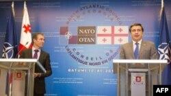 NATO Bosh kotibi Anders Fog Rasmussen (chapda) va Gruziya prezidenti Mixail Saakashvili (o'ngda) Batumida, 10-noyabr, 2011-yil
