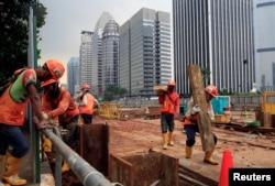 Para pekerja proyek Jakarta Mass Rapid Transit bekerja di lokasi konstruksi di kawasan bisnis Sudirman, 17 April 2018.