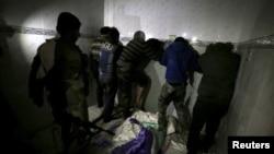 터키군의 지원을 받는 '자유시리아군'(FSA) 계열 반군 병사(왼쪽)이 또 다른 반군 조직인 '시리아민주군(SDF)' 요원들과 함께 알레포 모처에 수감돼있다.(자료사진)