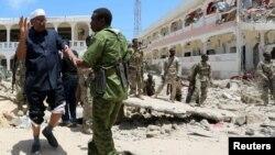 索马里安全部队协助在汽车爆炸中受伤的议会成员阿卜杜拉(2016年8月30日)