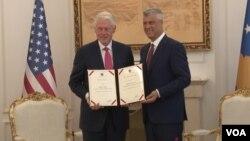 Predsednik Kosova Hašim Tači uručuje bivšem američkom predsedniku Bilu Klintonu Orden slobode