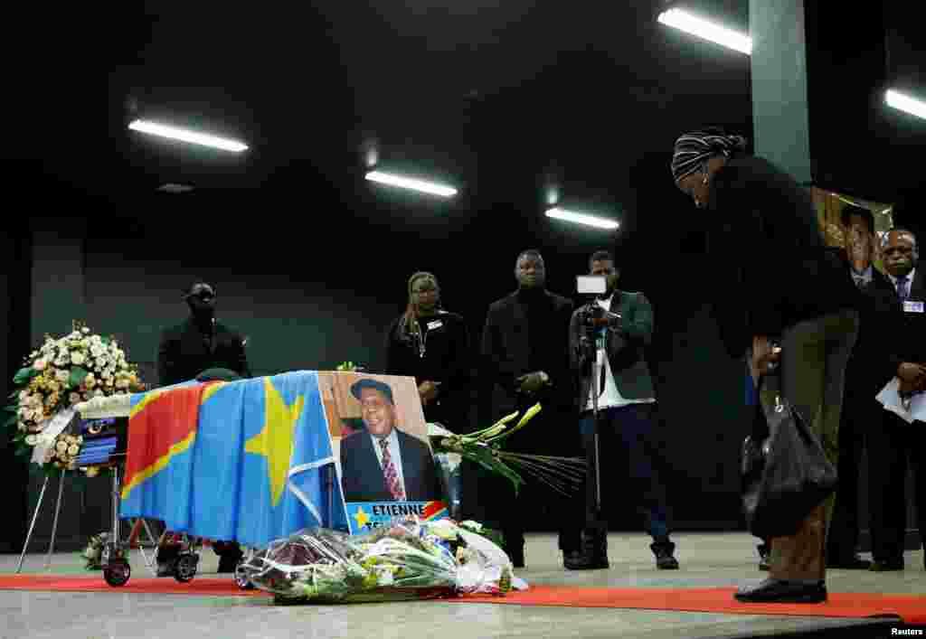 Des personnes sympathisantes du parti d'Etienne Tshisekedi se sont réunis à Bruxelles pour un dernier hommage, en Belgique, le 5 février 2017.