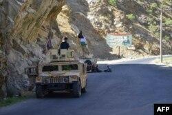 反塔利班的起義部隊在潘杰希爾省的山路上執行巡邏任務。(2021年8月25日)