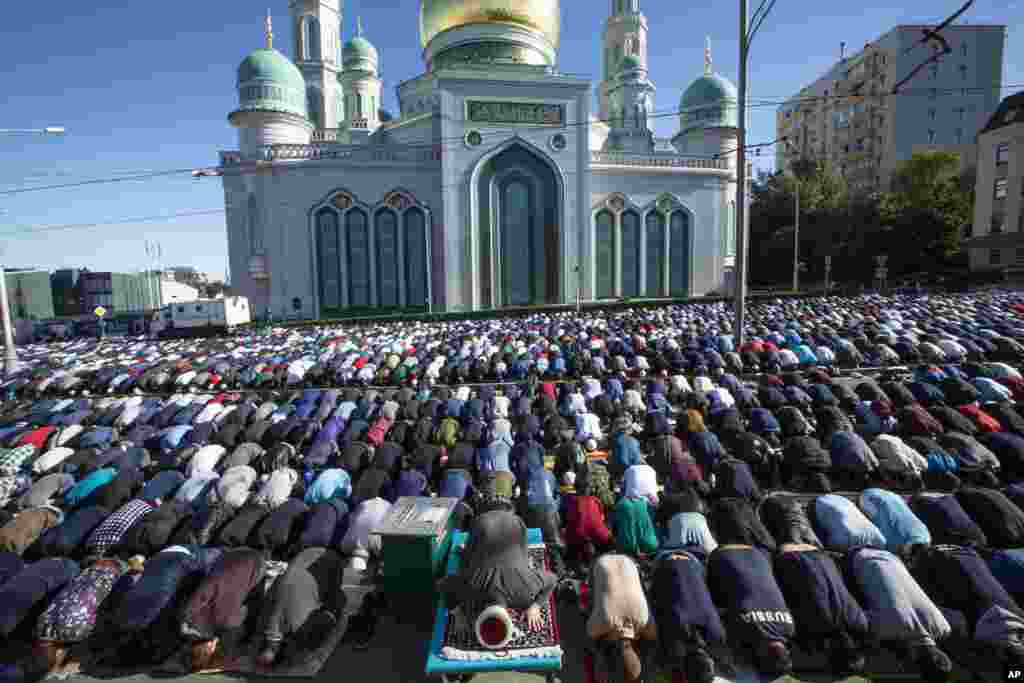 Warga Muslim Rusia melaksanakan salat Ied di luar Masjid Katedral Moskow untuk merayakan Idulfitri setelah hampir sebulan berpuasa , di Moskow, Rusia, Selasa, 4 Juni 2019. (Foto: Alexander Zemlianichenko/AP)