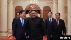 Ông Chung Eui-yong (trái), cố vấn an ninh của Tổng thống Hàn Quốc, trong cuộc gặp với lãnh đạo Triều Tiên Kim Jong Un vào ngày 5/9/2018.