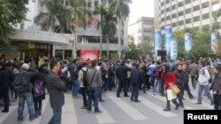 "Para pengunjuk rasa berkumpul di depan kantor pusat surat kabar ""Southern Weekly"" di Guangzhou, propinsi Guandong, Tiongkok, 7 Januari 2013. (REUTERS/James Pomfret)"
