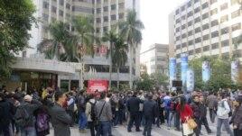 Người biểu tình tụ tập bên ngoài trụ sở chính của tờ Nam Phương Tuần Báo ở tỉnh Quảng Ðông.