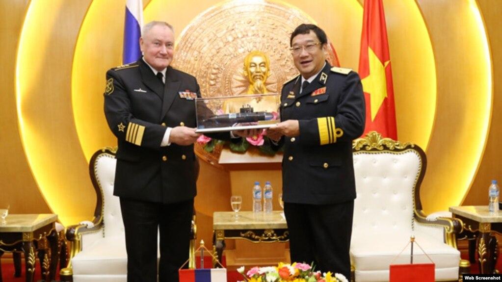 Đô đốc Hải quân Nga Vladimir Korolev và Chuẩn Đô đốc Hải quân Việt Nam Phạm Hoài Nam, ngày 4/12/2017. (Ảnh: Thanh Niên)