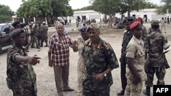 Người đứng đầu quân đội Somalia đến xem xét hiện trường vụ nổ bom tại Mogadishu, ngày 30/11/2011