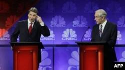 Republikanski predsednički kandidat Rik Peri i kongresmen Ron Pol na debati na Oklend univerzitetu u Mičigenu.