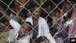 ፋይል ፎቶ - ኢትዮጵያውያን ፍልሰተኞች በምዕራብ የመን ከተማ ሃራዳ (Haradh) ውስጥ ወደ ሌላ ሃገር ለመጓዝ እየጠበቁ እአአ 2012 (ፎቶ አሶሽየትድ ፕረስ/AP Photo)