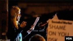 Para mahasiswa memprotes Dominique Strauss-Khan di luar gedung Universitas Cambridge, London, saat mantan kepala IMF itu berpidato di depan sekelompok mahasiswa (9/3).