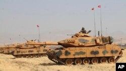 Tangên Tirkiyê li Nêzîk Slopî , li ser sînorê herêma Kurdistana Îraqê.