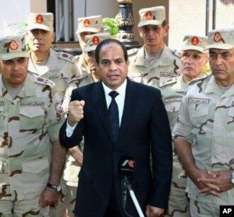 Presiden Mesir, Abdel-Fattah el-Sissi berbicara didampingi para anggota militer Mesir (foto: dok). Amnesty International  berbagai pelanggaran HAM oleh militer Mesir.