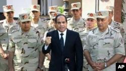 Le président Abdel-Fattah el-Sissi, au centre, lors des funérailles des militaires tués dans une attaque dans le Sinaï, Caire, Egypte, 25 octobre 2017