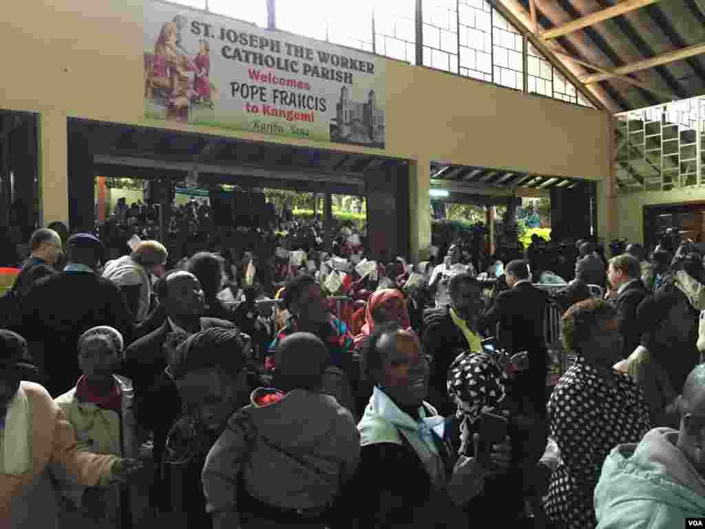 Yayin Da Jama'a Ke Jiran Isowar Fafaroma A Kangami Kasar Kenya, Nuwamba 27, 2015.
