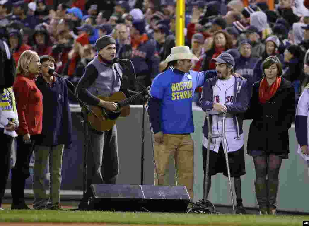 Džejms Tejlor sa Karlosom Aredondom (u sredini) i preživelom žrtvom bomaškog napada na Bostonski maraton. Džefom Baumanom na početku bejzbol utakmice između Boston Red Soka i St. Luis Kardinala.