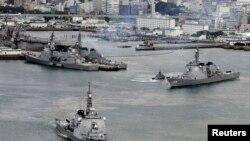 日本海上自卫队的驱逐舰(左)驶离佐世保基地(资料照)