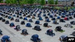 Молитва на соціальній дистанції у п'ятницю у мечеті Fatih, що у Стамбулі