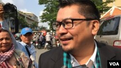 Ou Virak, head of the Future Forum think tank, on Thursday, May 12, 2016, gave an interview to a group of journalists about the defamation complaint brought against him by the Cambodian People's Party (CPP). (Hul Reaksmey/VOA Khmer)
