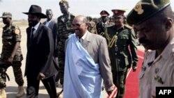Tổng thống Sudan Omar al-Bashir (giữa) tới thăm miền Nam Sudan