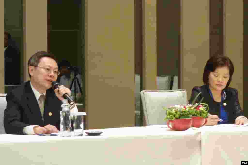 陆委会主委王郁琦主持两岸事务首长会议会后记者会(美国之音张佩芝拍摄)
