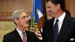 科米宣誓就任联邦调查局局长前与前任穆勒交谈。(2013年9月4日)