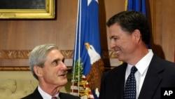L'ancien directeur du FBI, James Comey, s'entretient avec son prédécesseur, Robert Mueller, avant que Comey ne soit officiellement investi de ses fonctions à Washington, le mercredi 4 septembre 2013.