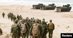 Canadian troops of the 2nd Battalion Royal 22e Regiment Bravo Company move toward amphibious assault vehicles during the biennial RIMPAC exercise at Red Beach Training Area, Camp Pendelton, California, June 27, 2018. (Canadian Armed Forces)
