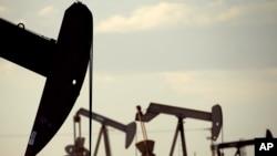 Extractoras de crudo en Lovington, Nuevo México. La Agencia Internacional de Energía ha pronosticado que el suministro de crudo de EE.UU., Rusia y otros países que no pertenecen a la OPEP, baje drásticamente en 2016.