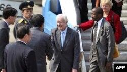 Cựu Tổng thống Mỹ Jimmy Carter cùng phái đoàn được chào đón khi đến Bình Nhưỡng, Bắc Triều Tiên, ngày 26/4/2011