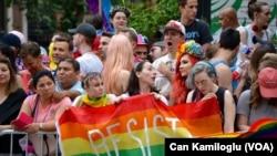 New York'ta Karnaval Gibi Onur Yürüyüşü
