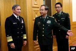美国海军上将哈里斯(左)在北京八一大楼会见中国军队总参谋长房峰辉将军(中)(2015年3月11日)