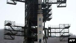 Raketa Una-3 na lansirnoj rampi u severnokorejskom Centru za istraživanje svemira