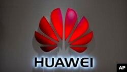 ស្លាកសញ្ញាក្រុមហ៊ុន Huawei ត្រូវបានគេដាក់នៅហាងលក់ទូរស័ព្ទដៃ Huawei ក្នុងផ្សារទំនើបមួយនៅក្នុងក្រុងប៉េកាំង។
